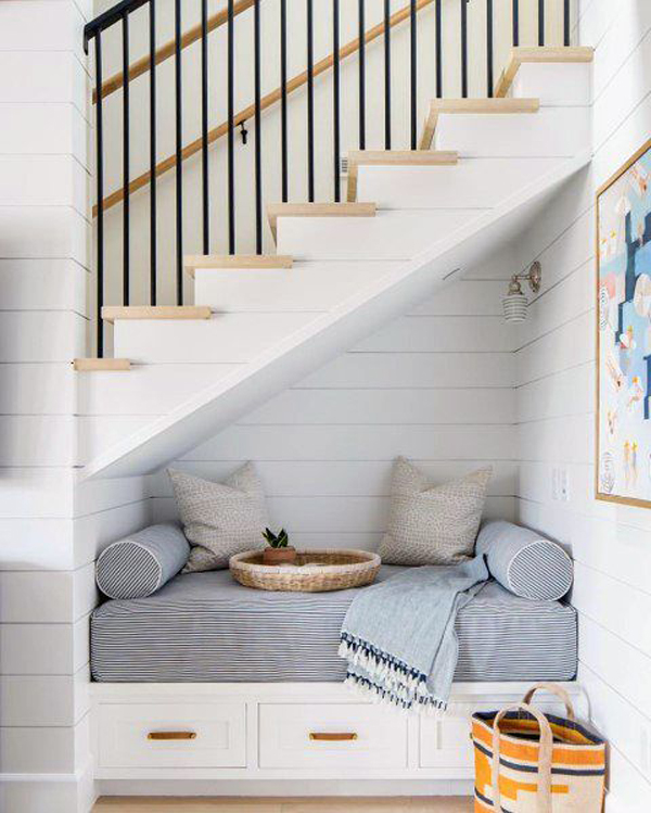cozy-reading-nook-in-under-the-stairs