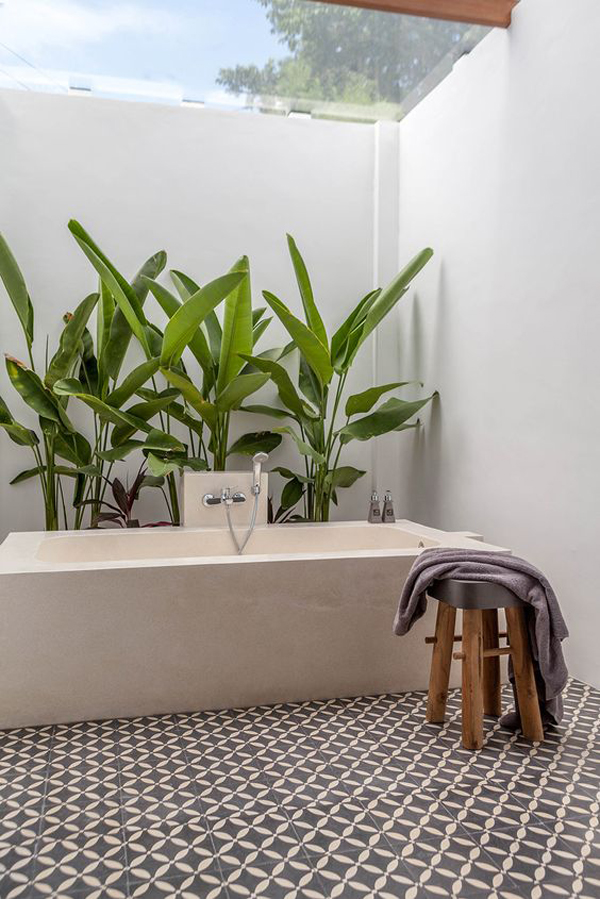 indoor-outdor-bathtub-with-tropical-plants