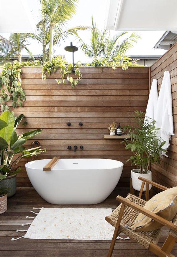 outdoor-tropical-bathtub-with-wooden-wall