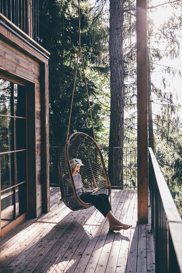 beautiful-treehouses-with-swing-chairs