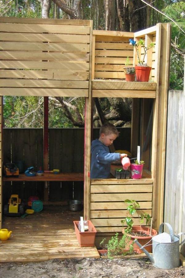 diy-castle-pallet-playhouse-designs