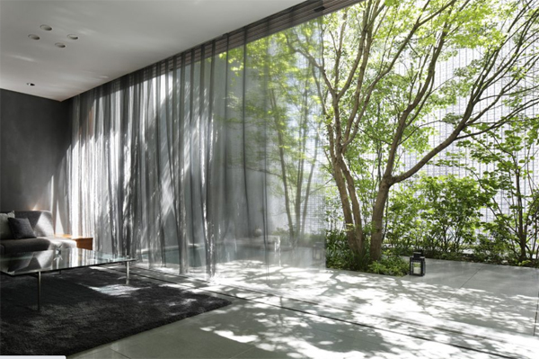 indoor-outdoor-living-room-with-transparant-curtains