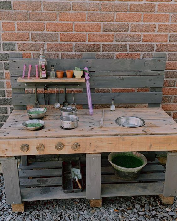 inspiring-outdoor-mud-kitchens-for-kids