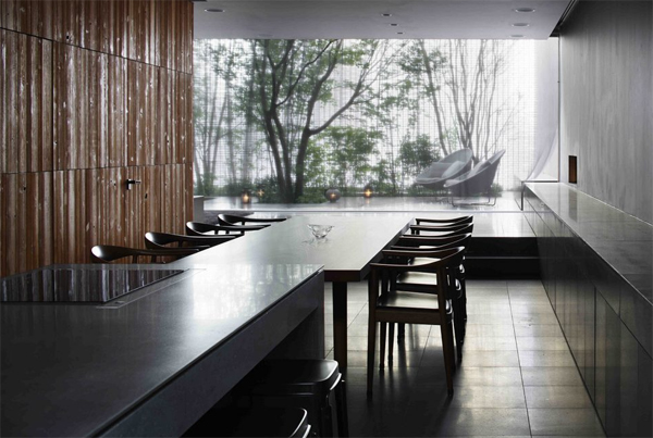 open-dining-room-in-optical-glass-house
