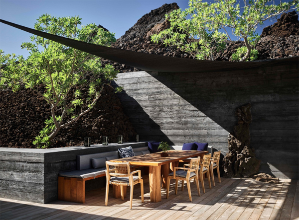 outdoor-dining-and-lounge-area-at-the-beach