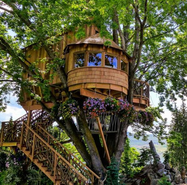 romantic-diy-treehouses-with-floral-arrangements