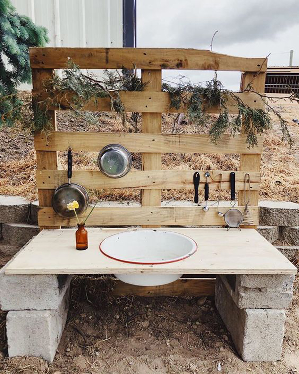 simple-diy-mud-kitchen-made-from-concrete-and-pallet