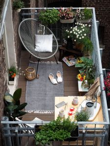 small-deck-balcony-ideas-with-acapulco-chairs