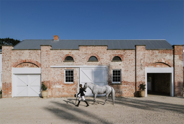 symmons-plains-horse-stable