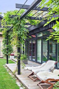 tiny-deck-patio-with-vertical-garden-decor