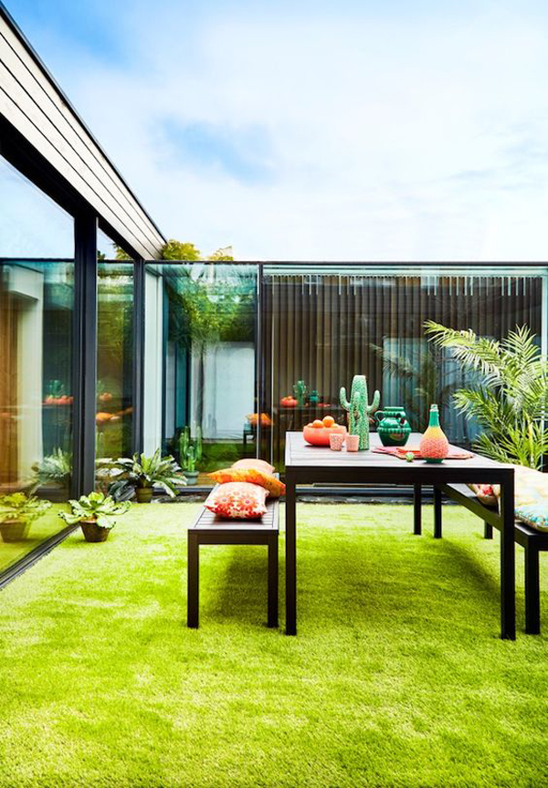 amazing-outdoor-dining-space-with-artificial-grass