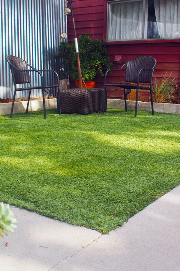 artificial-grass-decor-with-seating-area