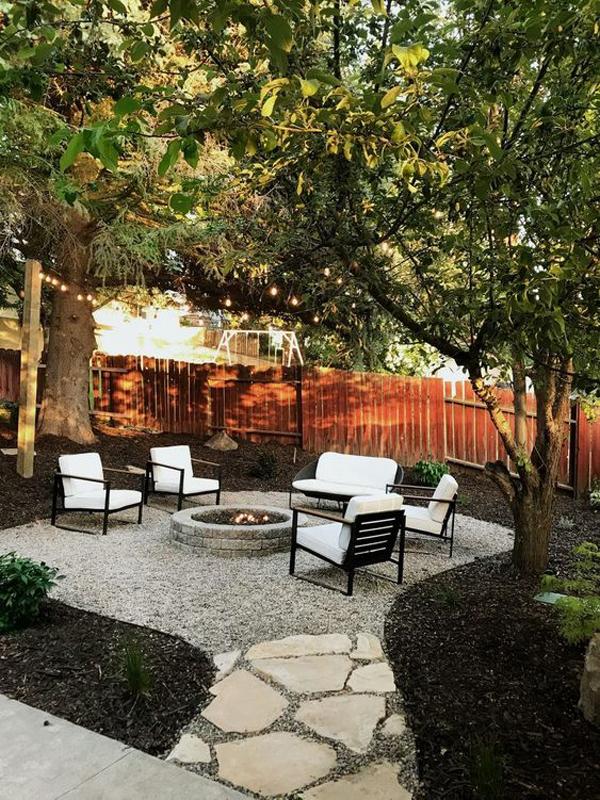 backyard-firepit-garden-with-gravel-decor