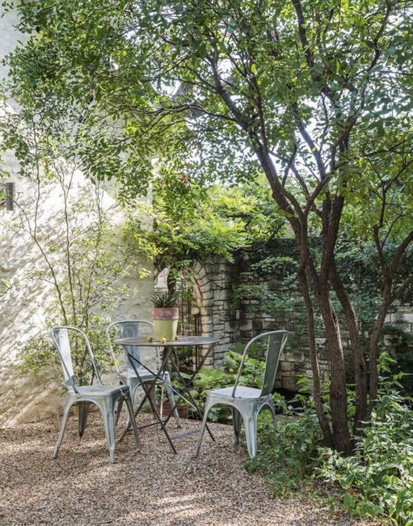 best-gravel-backyard-with-small-dining-area