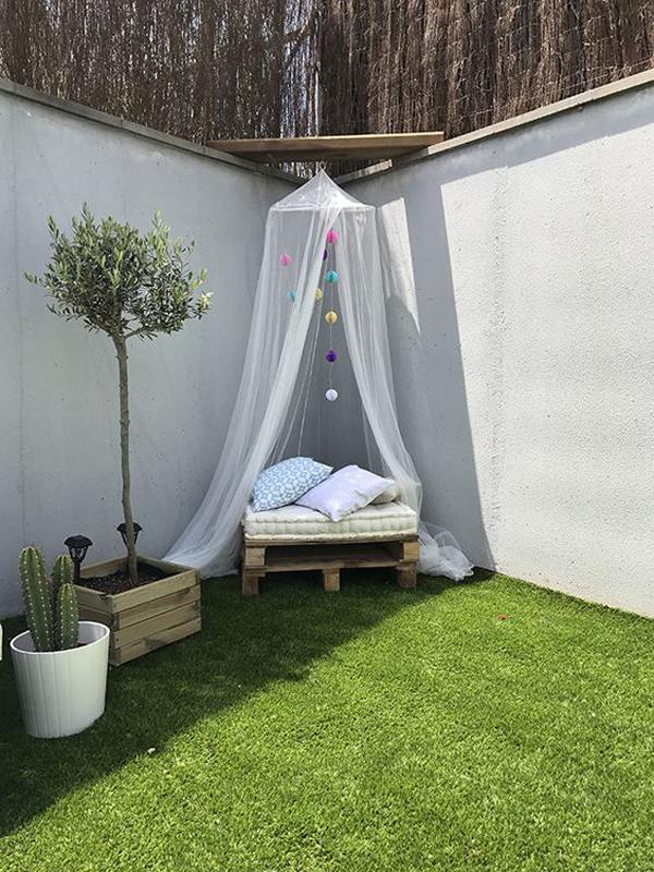 boho-reading-nook-with-grass-carpets