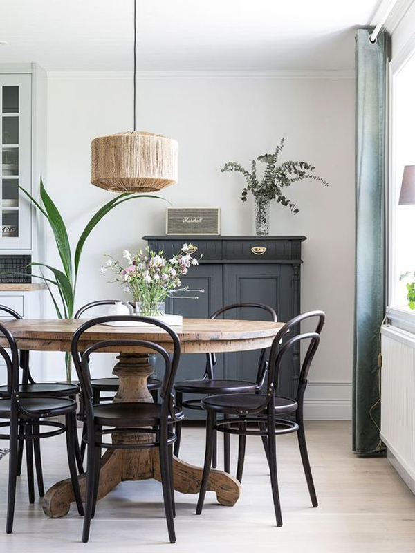 farmhouse-style-dining-room-with-black-furniture