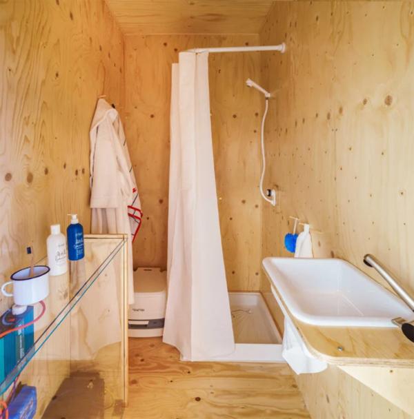 gaia-off-grid-cabin-bathroom