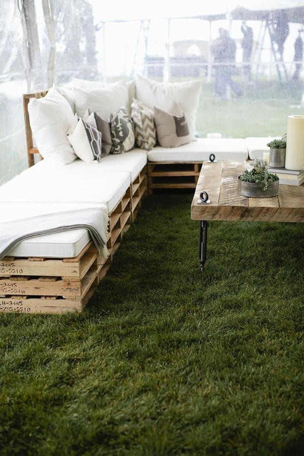 rustic-elegance-outdoor-living-space-with-natural-grass