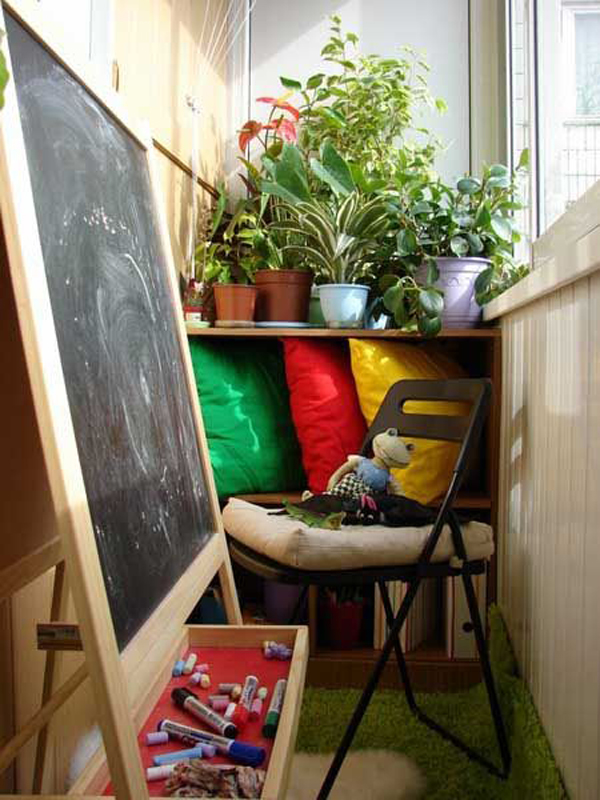 small-kid-friendly-balcony-with-chalkboard