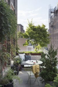 tiny-rooftop-garden-with-lounge-areas