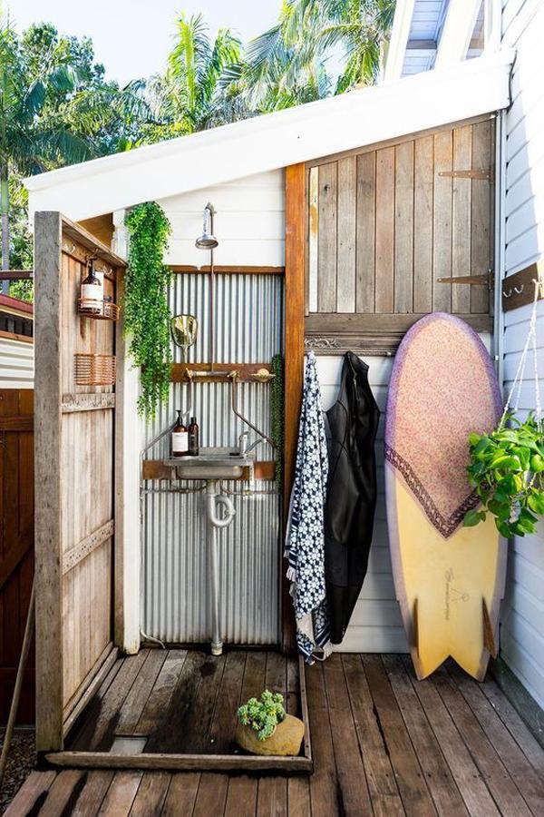 beach-outdoor-bathroom-with-surfboard-decor