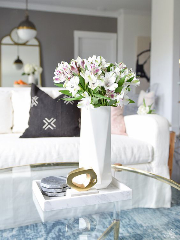 beautiful-summer-living-room-with-flower-vases