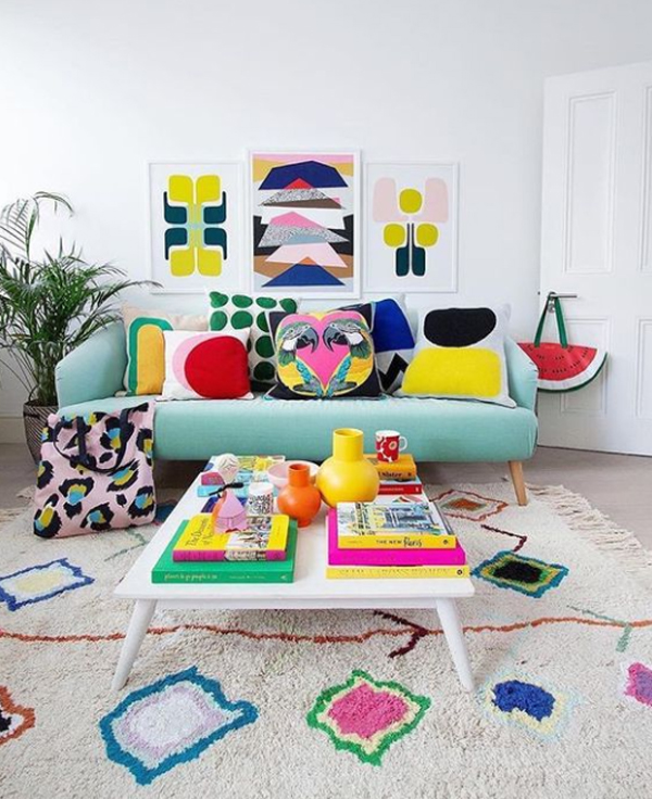 bold-and-colorful-living-room-with-wall-art-decor
