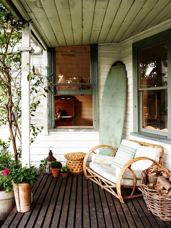 eclectic-beach-patios-with-surfboard-decor