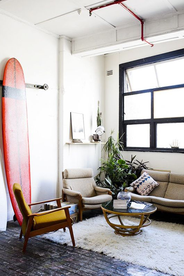 modern-beach-living-room-with-surfboard-ideas