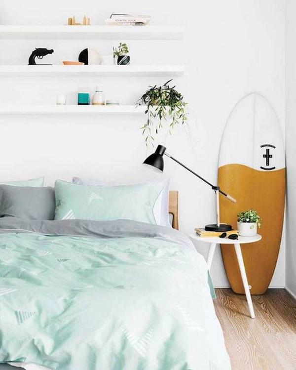 neutral-beach-bedroom-ideas-with-surfboard-decor