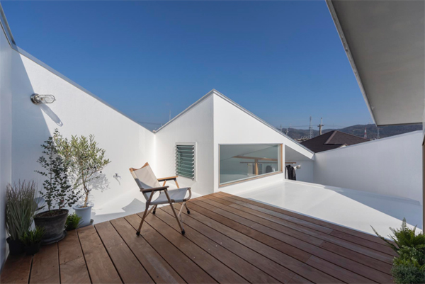 small-rooftop-deck-with-lounge-chair