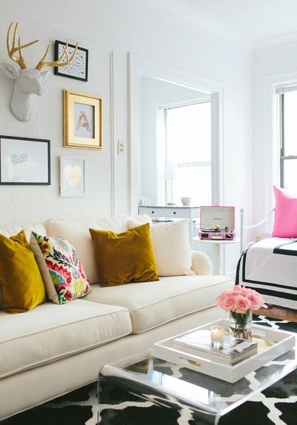 summer-living-room-with-gold-accent