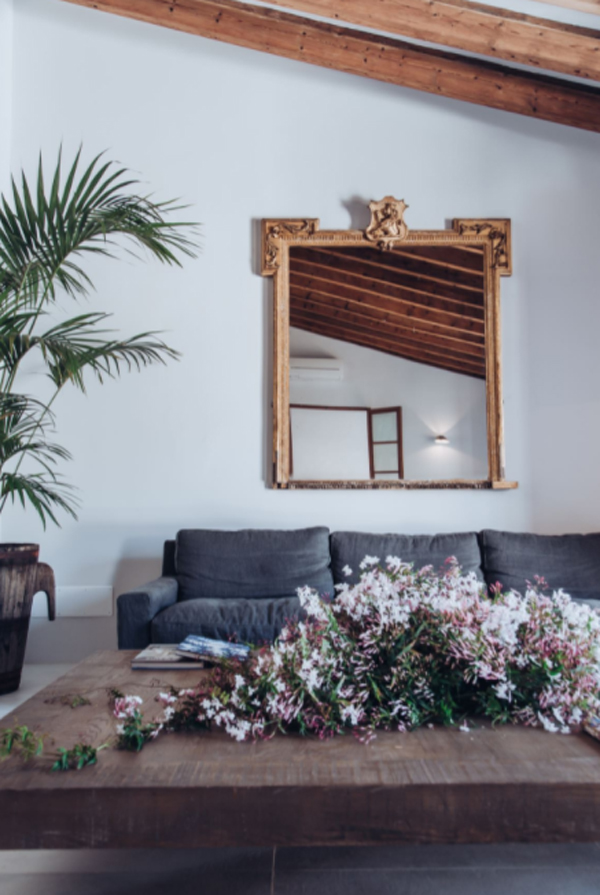 beautiful-living-room-with-floral-arrangement