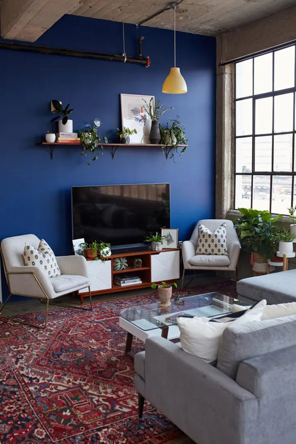 bold-blue-accent-walls-for-home-entertainment