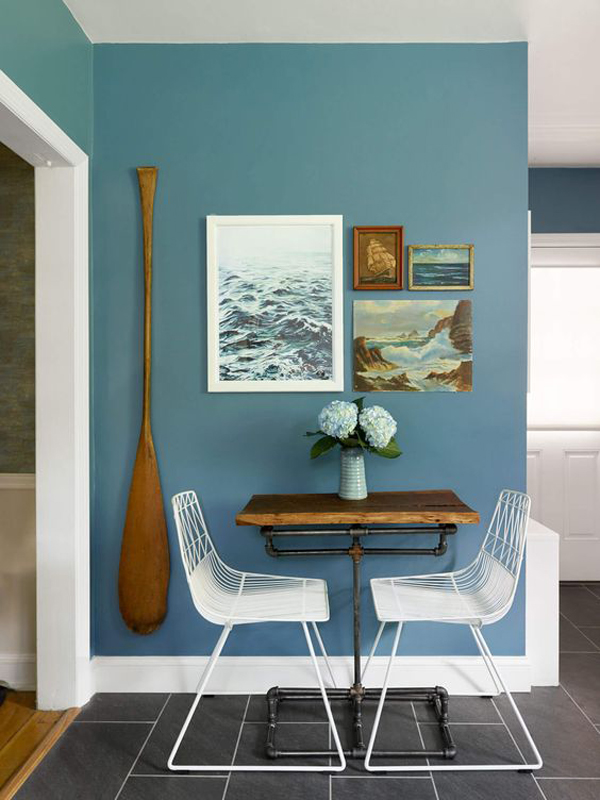 coastal-style-dining-space-with-blue-accent-wall