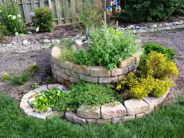 diy-spiral-raised-bed-gardens