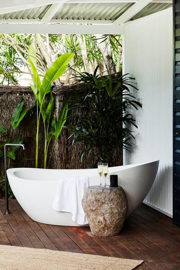 holiday-outdoor-bathtub-garden-design