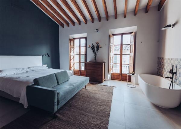 master-bedroom-with-indoor-bathtub