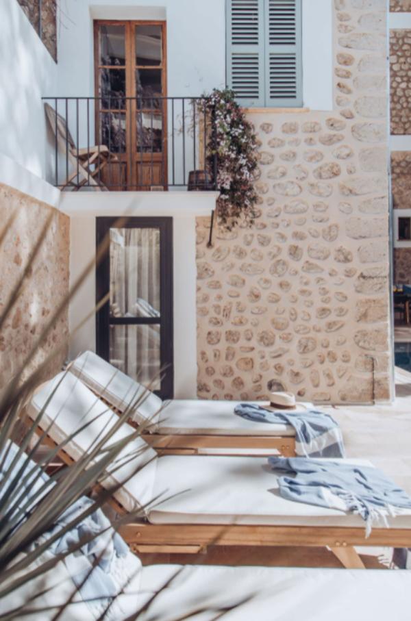 mediterranean-seating-pool-design