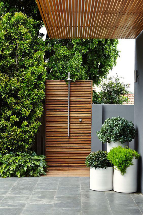 modern-outdoor-showers-with-pallet-wall