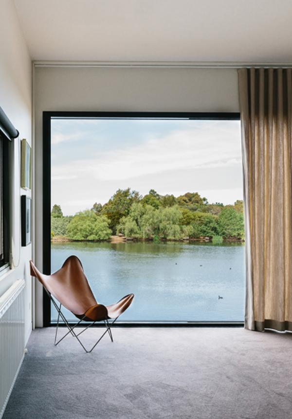 peninsula-house-interior-with-outdoor-lake-views