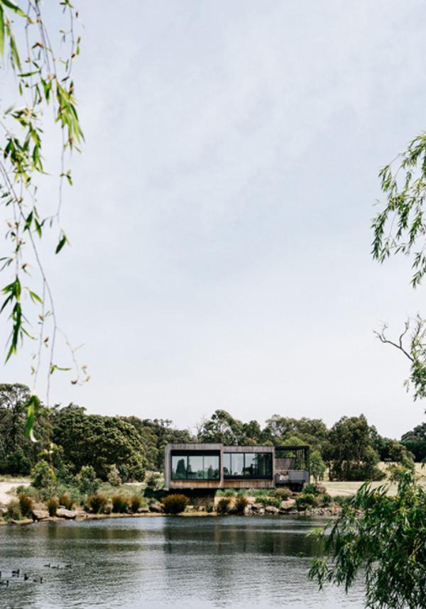 peninsula-house-with-beautiful-lake-landscape