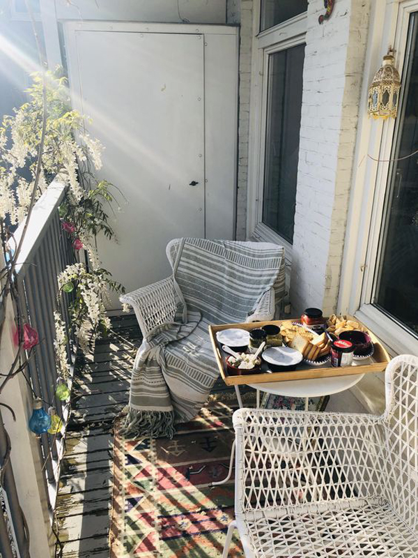 relaxing-balcony-table-and-chairs