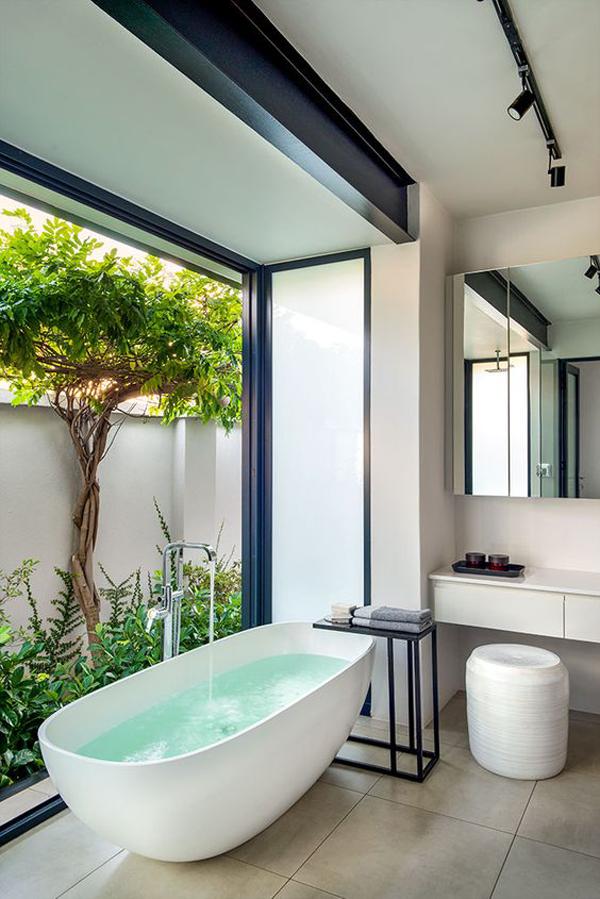 relaxing-indoor-outdoor-bathrtub-garden