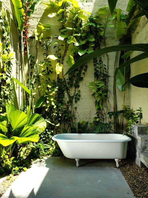 tropical-indoor-outdoor-bathtubs-with-vertical-garden