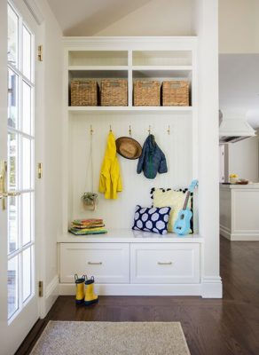 farmhouse-diy-mudroom-ideas-with-built-in-benches