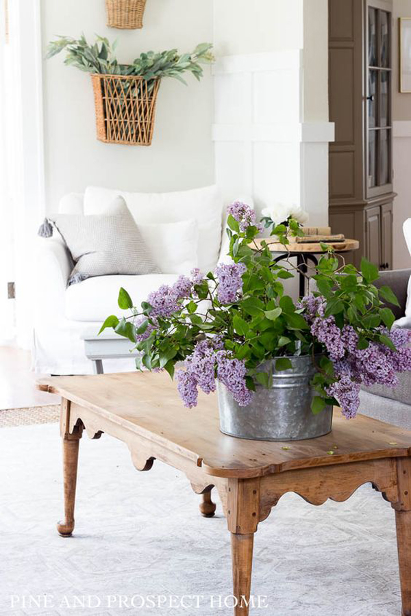 farmhouse-living-room-with-lilac-flower-vases