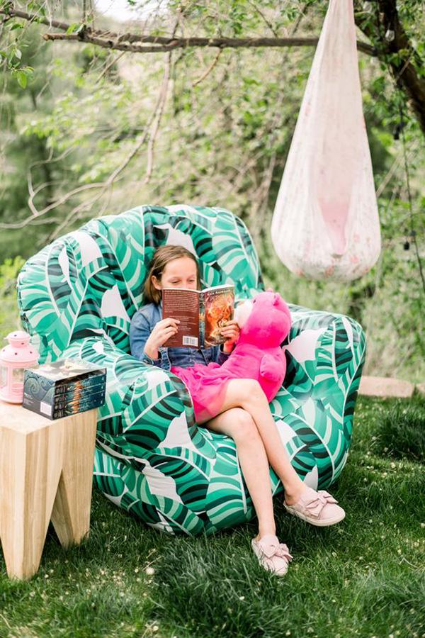 easy-diy-outdoor-reading-nook-with-sofas