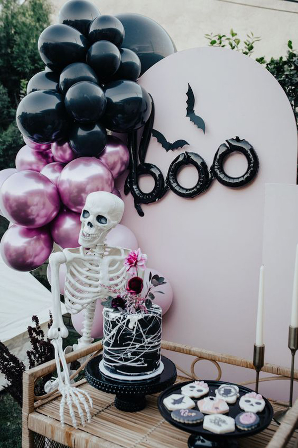 girly-gothic-halloween-decor-with-balloon