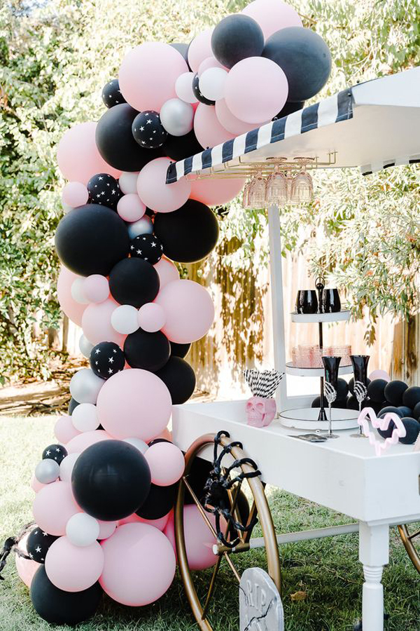 girly-outdoor-halloween-party-decor-with-balloon